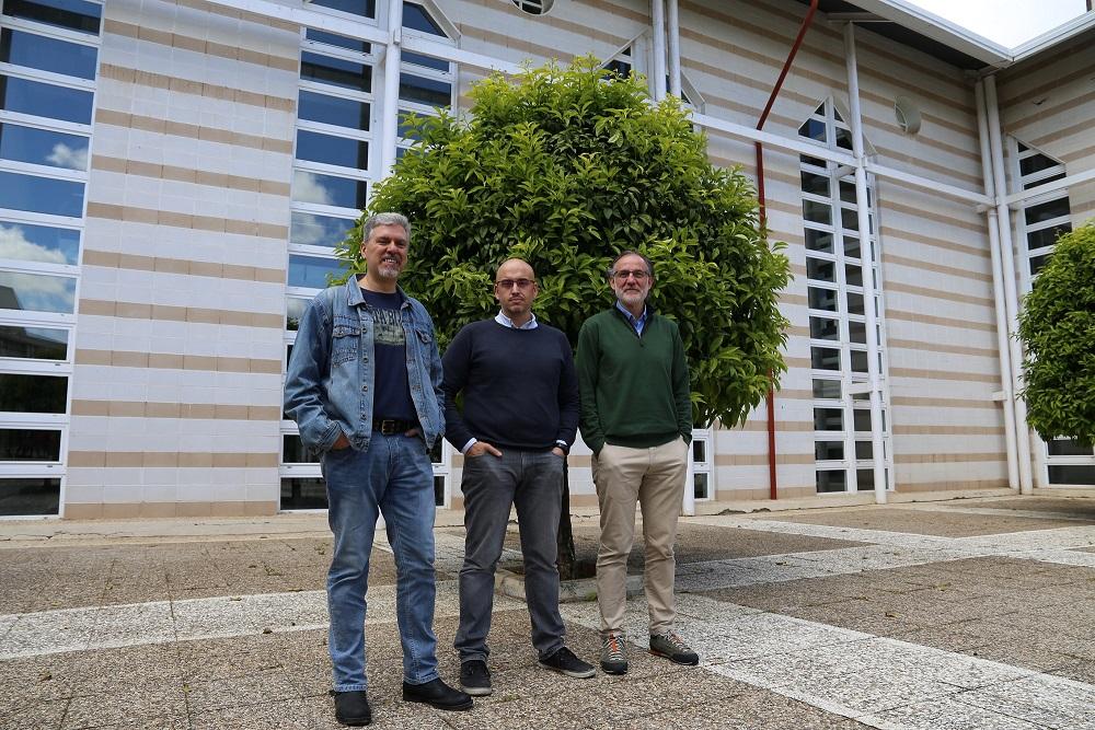 De izquierda a derecha, los investigadores Alejandro Pérez de Luque, Francisco J. Ruiz y Rafael Mª Navarro