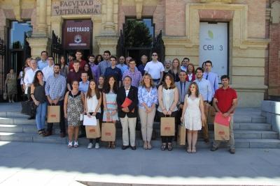 Autoridades, profesores y alumnos tras la entrega de los premios