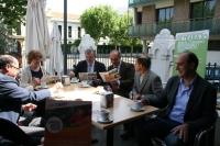 Las autoridades universitarias, en la cafetería del Rectorado, dentro de la campaña de sensibilización con el Comercio Justo