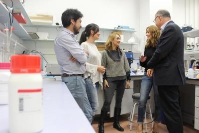 Los investigadores que han participado en el estudio, en su laboratorio.