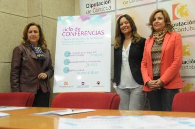 María Rosal, Ana Guijarro y Rosario Mérida durante la presentación del ciclo de conferencias