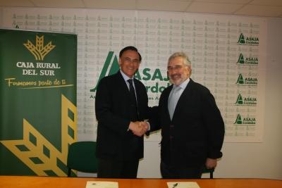 De izquierda a derecha, José Carlos Gómez Villamandos e Ignacio Fernández de Mesa, tras la firma del convenio