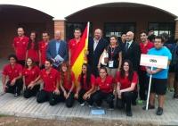 El equipo español con los representantes institucionales
