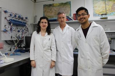 María José Aragón, Pedro Lavela y Rafael Klee, en el laboratorio.
