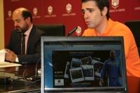 Manuel Torres (al fondo) y Javier Bellver, director de operaciones del campus, en la presentación