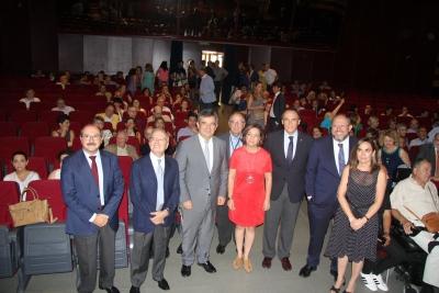 Foto de familia de autoridades asistentes al acto de homenaje