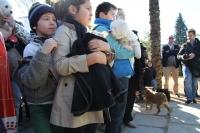 Los niños esperan, junto a sus mascotas, su turno para la bendición.
