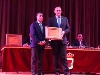 El rector recoge la distinción de manos del presidente de la Entidad Local Autónoma de Encinarejo, Miguel Ruiz Madruga.
