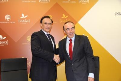 De izquierda a derecha, José Carlos Gómez Villamandos y José Antonio Villaasante, tras la firma del acuerdo