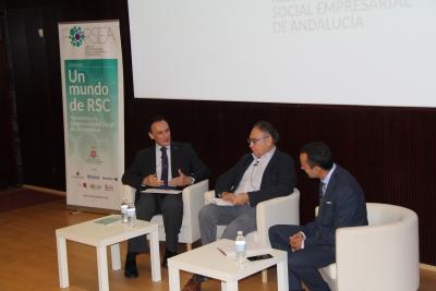 De izquierda a derecha, José Carlos Gómez Villamandos, Arturo Molinero y Manuel Tirado, durante la mesa redonda celebrada en el Centro de Recepción de Visitantes.