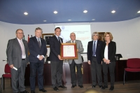 El rector recibe la insignia de oro de la Peña Flamenca