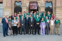 Miembros de la promoción y autoridades académicas  a la puerta del Rectorado
