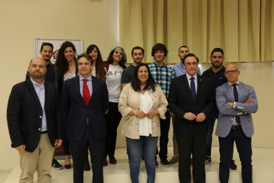 Foto de autoridades junto a los participantes del Programa Explorer