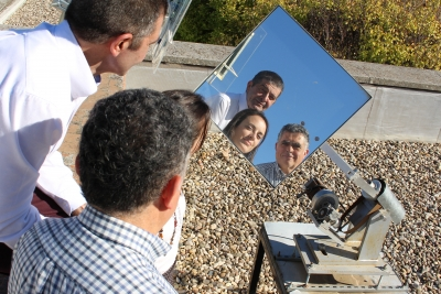Manuel Torres, Marta Varo y Rafael López Luque, reflejados en el helióstato que han creado para iluminar zonas de umbría.