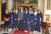 Foto de familia del rector, con integrantes del equipo de baloncesto femenino y responsables del deporte universitario en la UCO