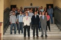 Alumnado y autoridades académicas juntos en la foto de familia de participantes en el curso.