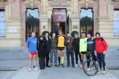 Ricardo Abad, de amarillo en el centro, con amigos y directivos de la UCO antes de comenzar la maratón