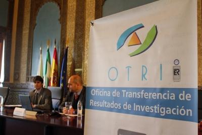 Daniel Escacena (i), director técnico de la Agencia Andaluza del Conocimiento, y Enrique Quesada, vicerrector de Innovación, Transferencia y Campus de Excelencia de la Universidad de Córdoba