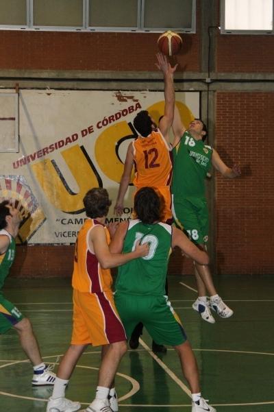Un momento del encuentro del equipo masculino de baloncesto de la UCO contra Jaén