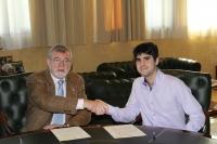 El rector, José Manuel Roldán y Juan Carlos Prieto se saludan tras la firma del acuerdo