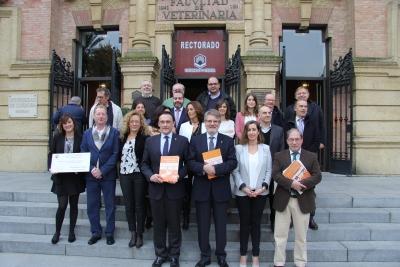 En el centro, José Carlos Gómez Villamandos y Lorenzo Salas, con participantes en la redacción y elaboración del nuevo Plan Estratégico de la UCO