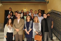 Foto de familia de autoridades académicas, profesorado y alumnos del curso