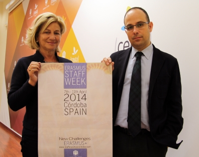 Carmen Galán y Antonio Ruiz posan con el cartel del encuentro.