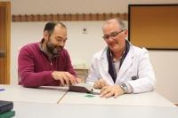 Los investigadores Guillermo Guerrro Vaca y Pablo Romero manipulan un rugosímetro.