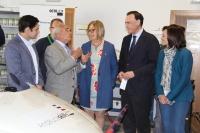 La consejera, el rector y la delegada del Gobierno en Córdoba conversan con participantes en el Andalucía Sklls que se está celebrando en Rabanales