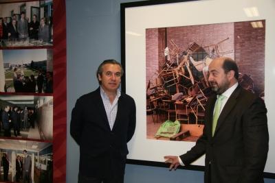 De izq a dcha, Alfonso Garcia-Ferrer y Manuel Torres, junto a la foto.