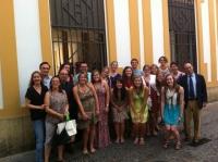 Foto de familia de autoridades académicas y  alumnado del curso