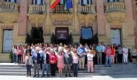 Autoridades académicas y personal de la Univeresidad concentrados en la puerta del Rectorado.