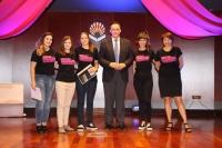 El rector de la UCO, José Carlos Gómez Villamandos, posa con las finalistas de 'Cuentame tu tesis' en la Gala central de La Noche