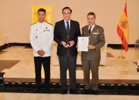 José Carlos Gómez Villamandos junto a autoridades en la entrega del premio