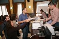 La mesa electoral inicia el recuento de papeletas