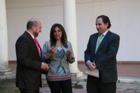 Shahira Amin conversa con el director de la Cátedra, el vicerrector Manuel Torres (izqda.) y el decano de la Facultad, Miguel Agudo (dcha.)