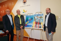 De izquierda a derecha, Fermín Cremades, José Matas y Manuel Torres, con los carteles anunciadores de las actividades deportivas para este curso