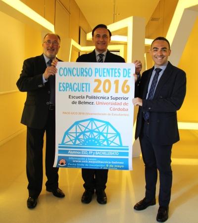De izquierda a derecha, José María Fernández, José Carlos Gómez Villamandos y Alfonso Zamorano, con el cartel anunciador del concurso
