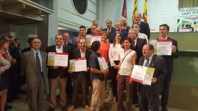 Foto de familia de los ganadores junto a la ministra de Agricultura, Alimentación y Medio Ambiente, Isabel García Tejerina (centro)