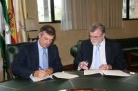 Diego Palacios (izq) y Jose Manuel Roldán, durante la firma