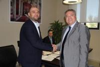 Enrique Quesada y Manuel Peña se saludan tras la firma del acuerdo.