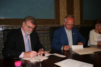 Jose Manuel Roldán (izq) y Francisco Casero firman el convenio
