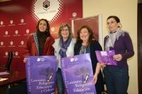 De izquierda a derecha, Lourdes y Rafaela Pastor, Soledad Pérez y Eva María Fernando posan con el cartel del Feminario
