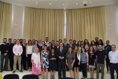 Foto de familia de autoridades y estudiantes participantes en el programa