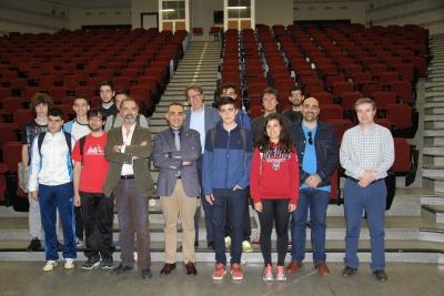 Foto de familia de autoridades universitarias junto a  alumnado y profesorado del IES Maimónides.