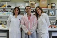 Dolores Esquivel (derecha), junto al director del Instituto de Nanoquímica y la investigadora Isabel López