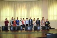 Foto de familia de la reunión celebrada en el Rectorado. En el centro, la vicerrectora de Relaciones Internacionales de la UCO, Nuria Magaldi y el director de la ORI, Antonio Raigón.