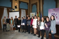 Foto de familia de premiados, autoridades e integrantes del jurado