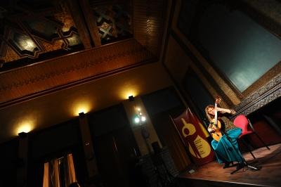 Mª Esther Guzmán durante el concierto