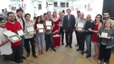 En el centro, José Carlos Gómez Villamandos, Alfonso Zamorano y Julia Herrera con los premiados y representantes de los Consejos de Estudiantes de los distintos centros.